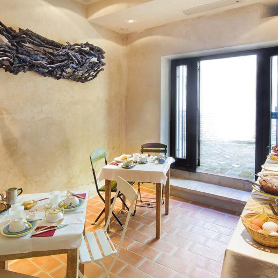 Sala colazioni spaziosa e luminosa