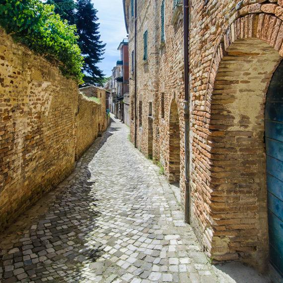 Panorama delle vie del borgo medievale di Mondaino