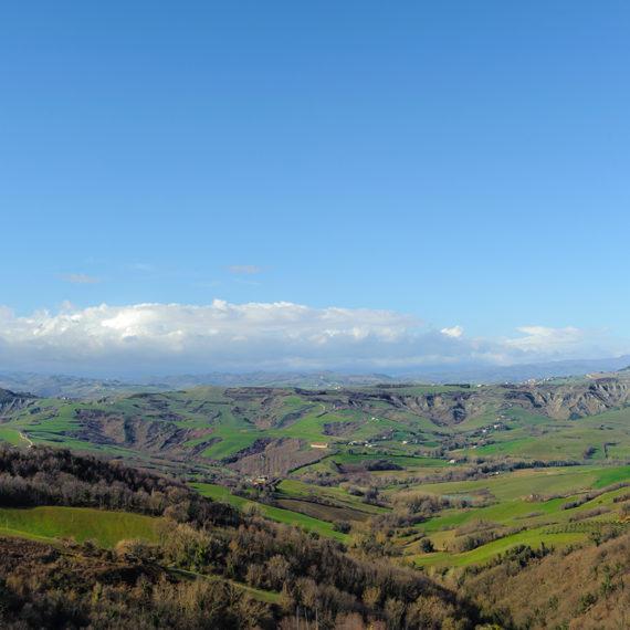 Panorama da Mondaino sulla vallata e sull'appennino